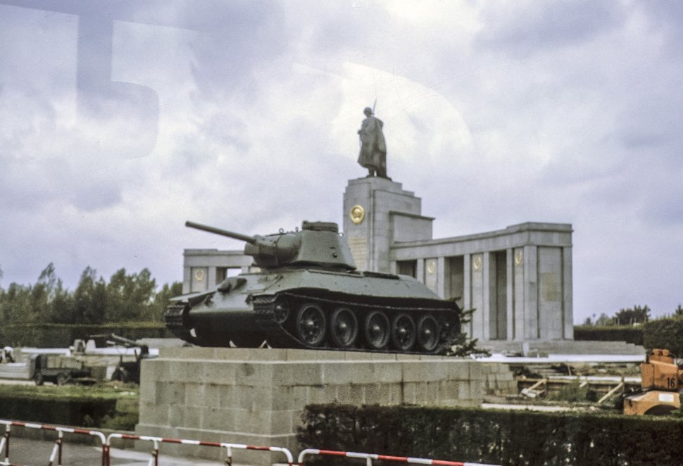 Free image of Large government monument and statue at the entrance of West Berlin, East Berlin, Germany