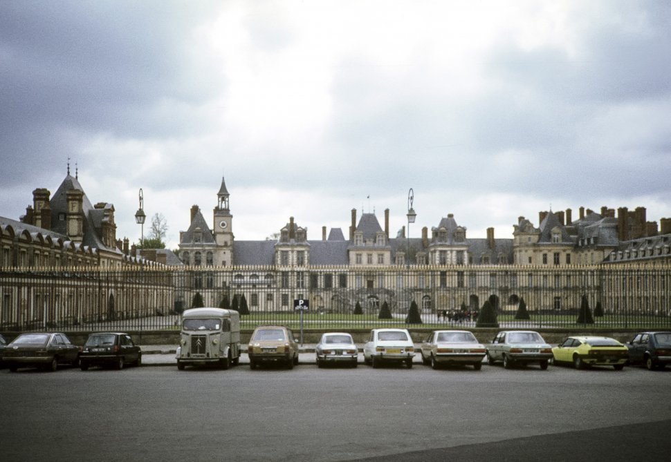 Free image of Cars parked at the fence of a palace, Europe