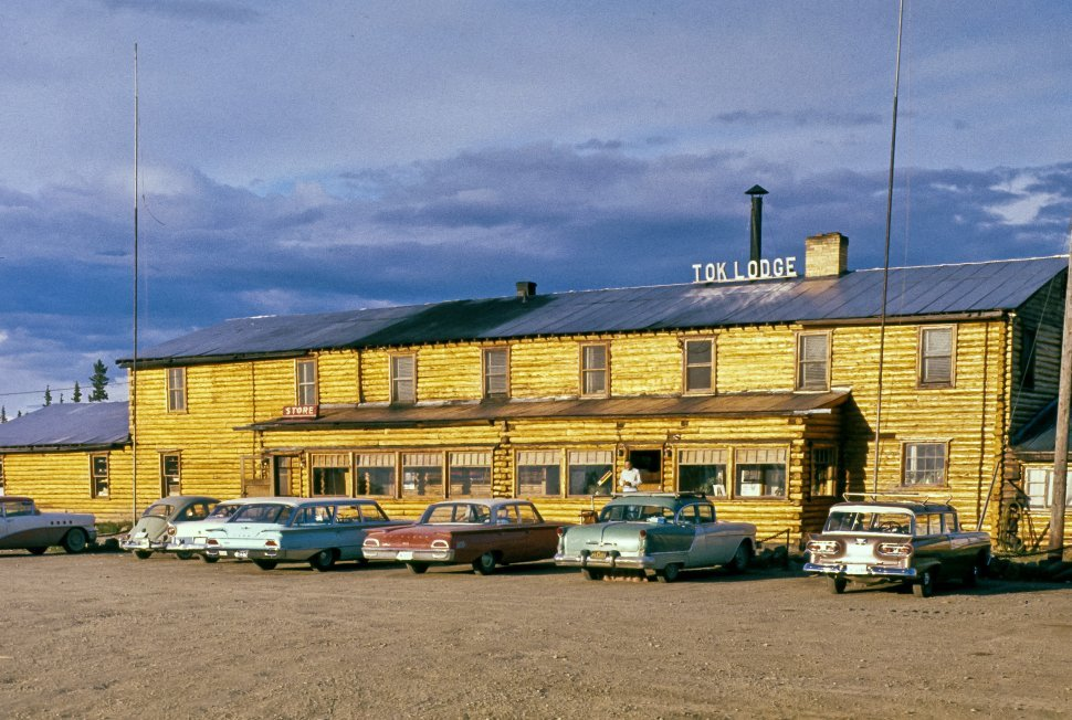 Free image of Parking lot of a lodge with vintage cars, USA