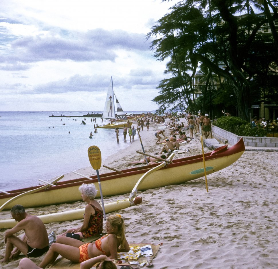 Free image of Huge group of tourists along tropical beach with boats, Hawaii, USA