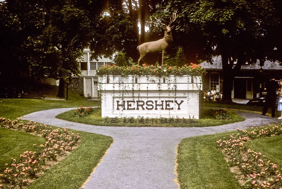 Free image of Hershey sign in a circular drive, Hershey, Pennsylvania, USA