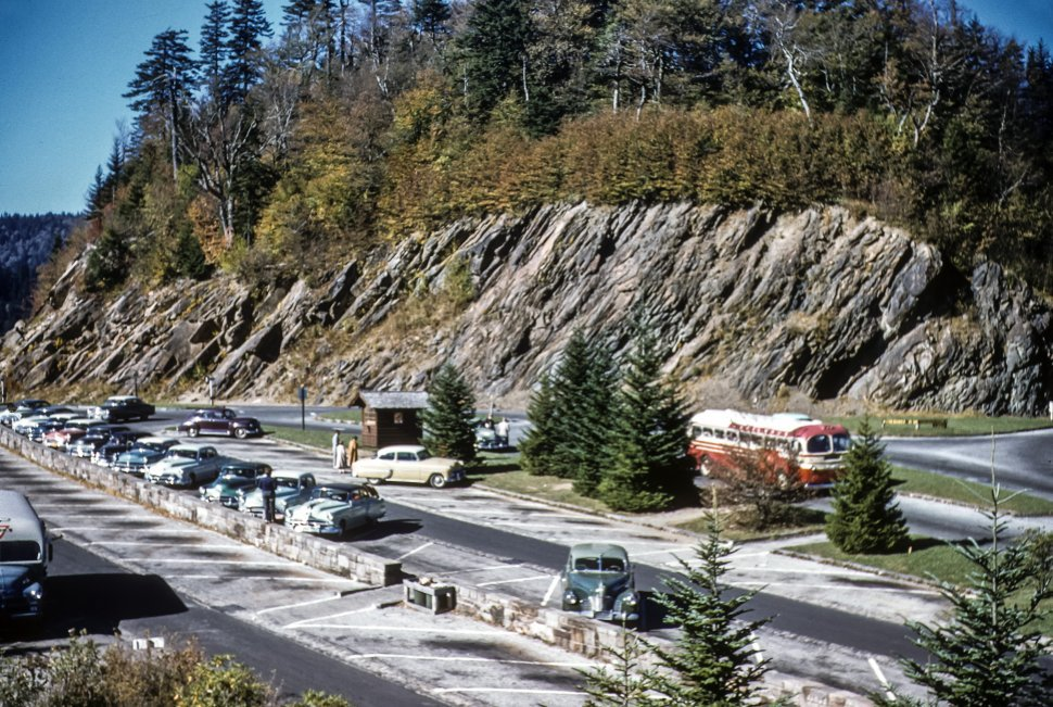 Free image of Rows of vintage cars parked in a mountain rest stop parking lot, USA