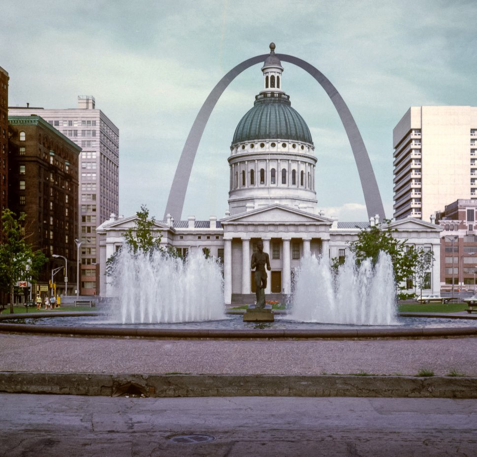 Free image of St. Louis Arch and capitol building, St. Louis, Missouri