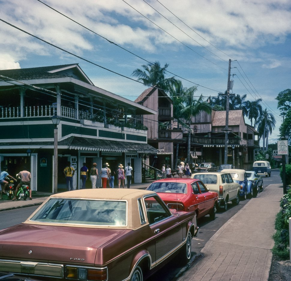 Free image of Tourists walking past shops and restaurants in a tropical setting, Hawaii, USA