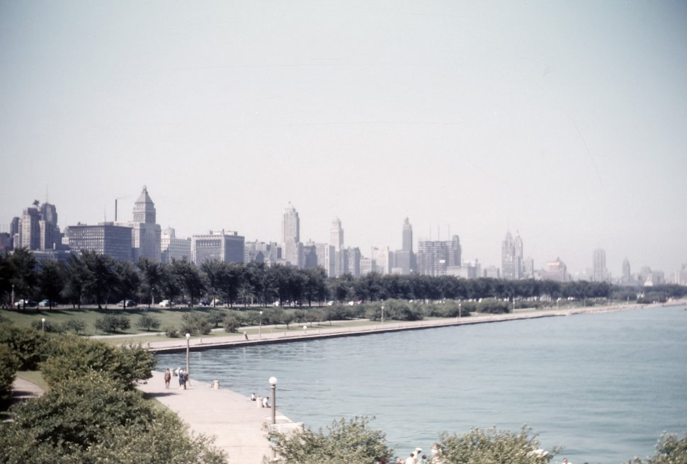 Free image of Chicago Waterfront and channel with tourists walking along the sidewalk.
