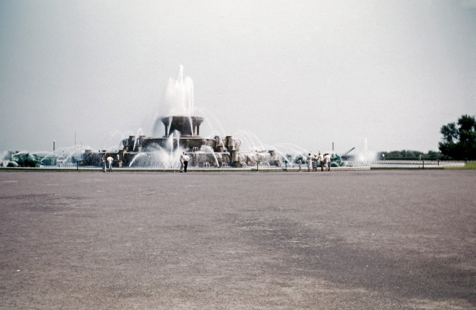 Free image of Tourists taking pictures of a large Buckingham fountain in Chicago, Illinois, USA