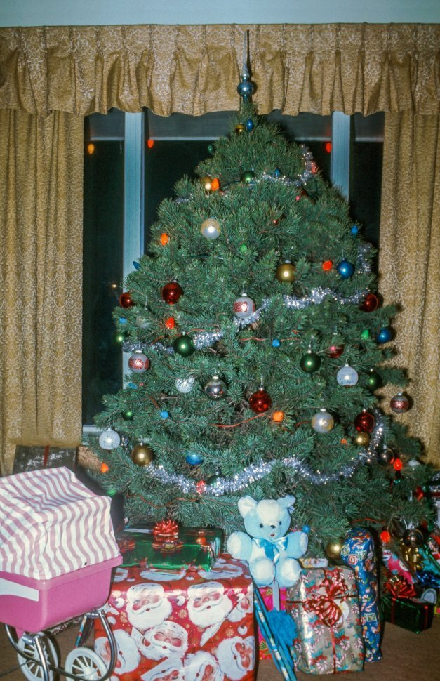 Free image of Christmas tree and gifts